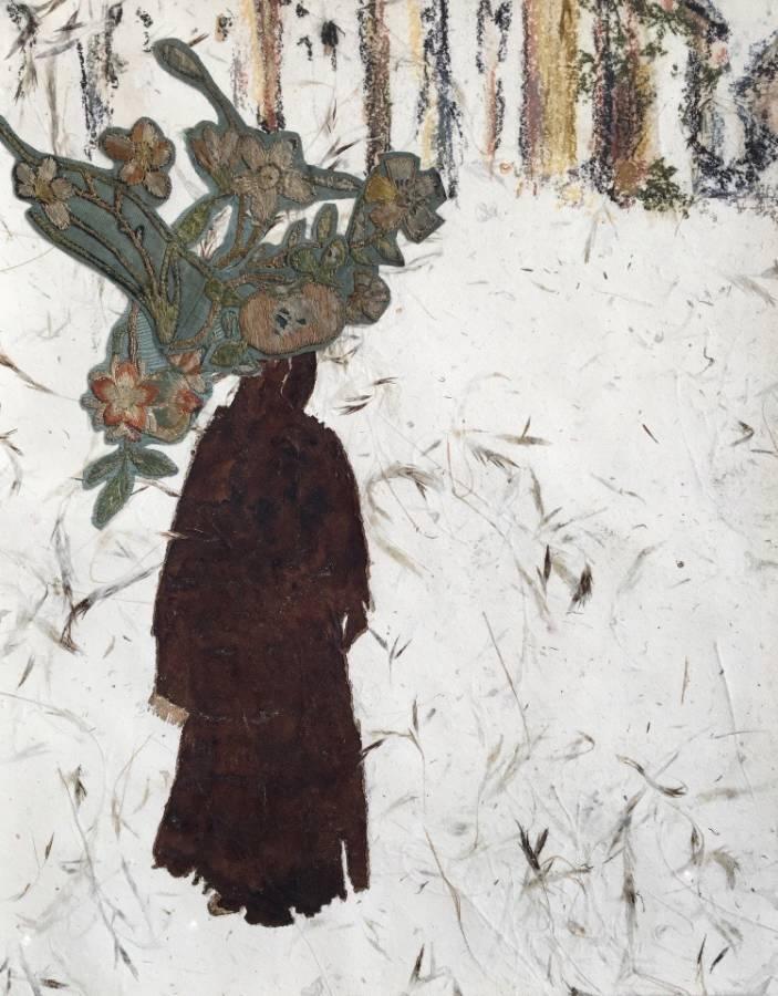 Serie Onderweg: 'Dragende vrouw Rissani' nr. 4 32x40cm Gemengde techniek: handgeschept papier, bister, pastel en handgeborduurde bloemen kazuifel Maastricht 19e eeuw. (sold)