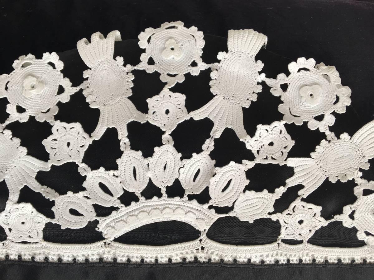 detail: iedere muts heeft een ander patroon naar ontwerp van de maakster, haakwerk met reliëf.