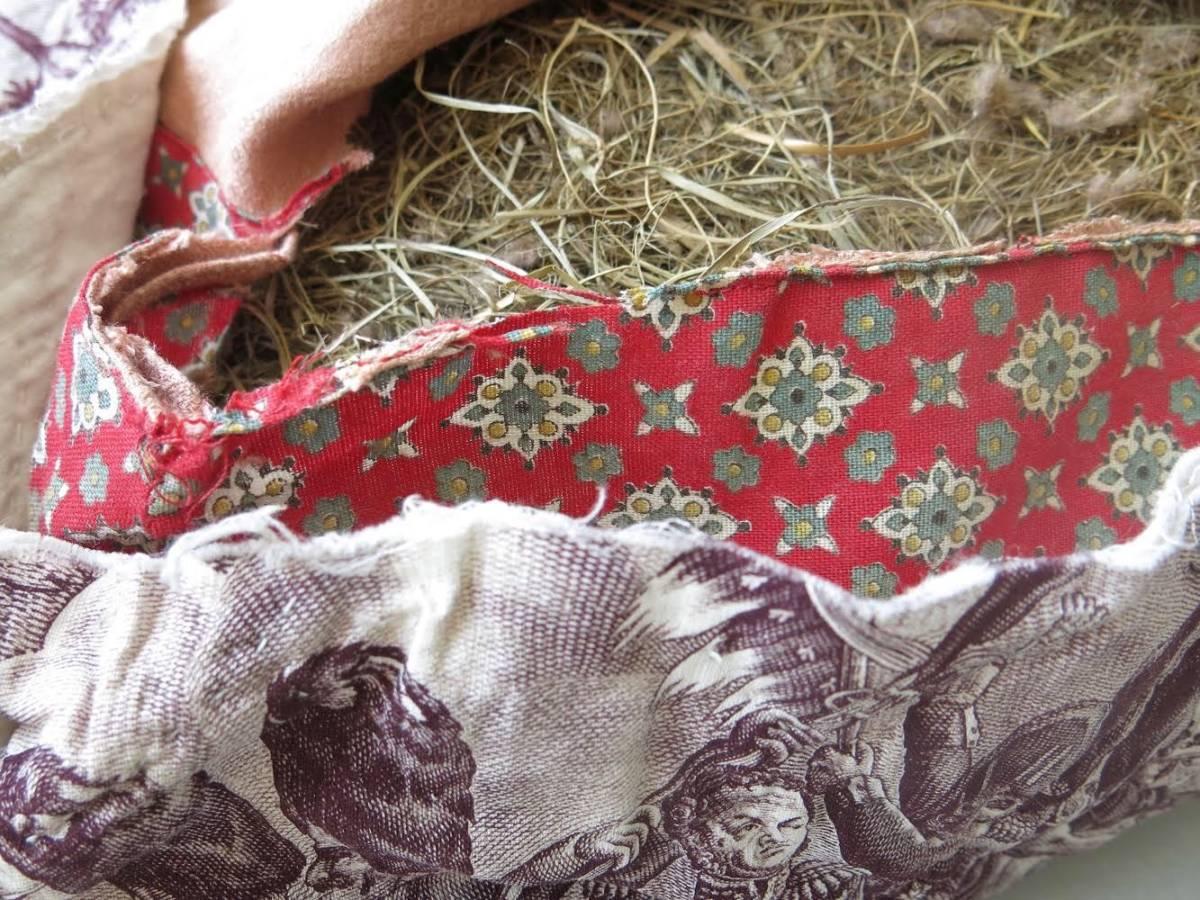 Deze Toile werd in de 19e eeuw gebruikt voor een bouti, een Franse met de hand doorgepitte deken. Aan het begin van de vorige eeuw werden de beste stukken hergebruikt voor een kussen gevuld met hooi.