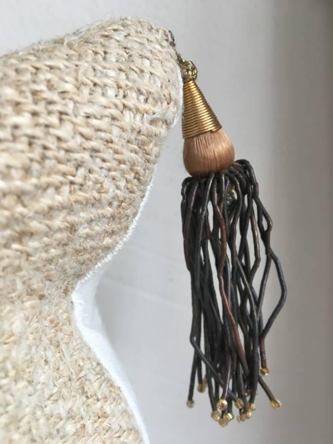 detail: oud Frans kwastje van gouddraad, leren touwtjes met goudkleurige glaskraaltjes