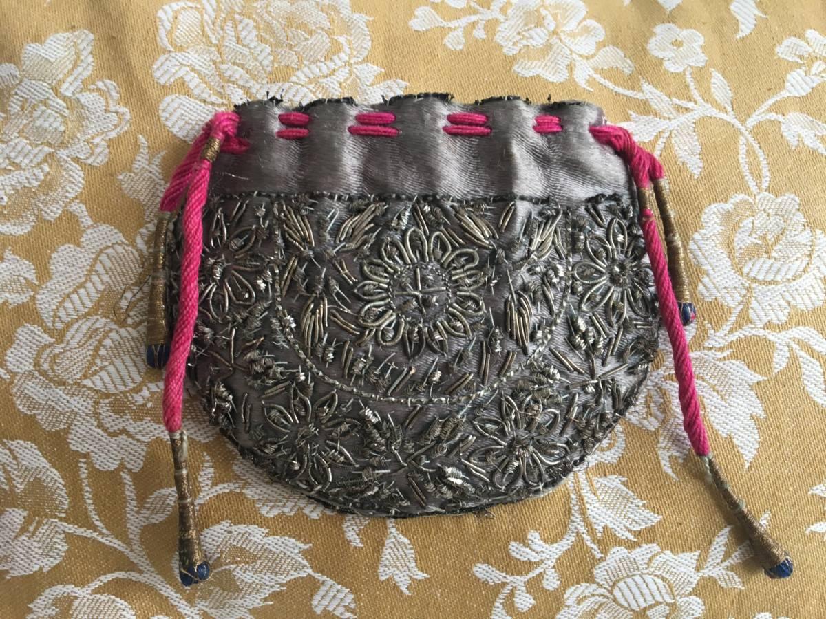 detail: zijden beursje, met zilverdraad geborduurde bloemmotieven , 19e eeuw