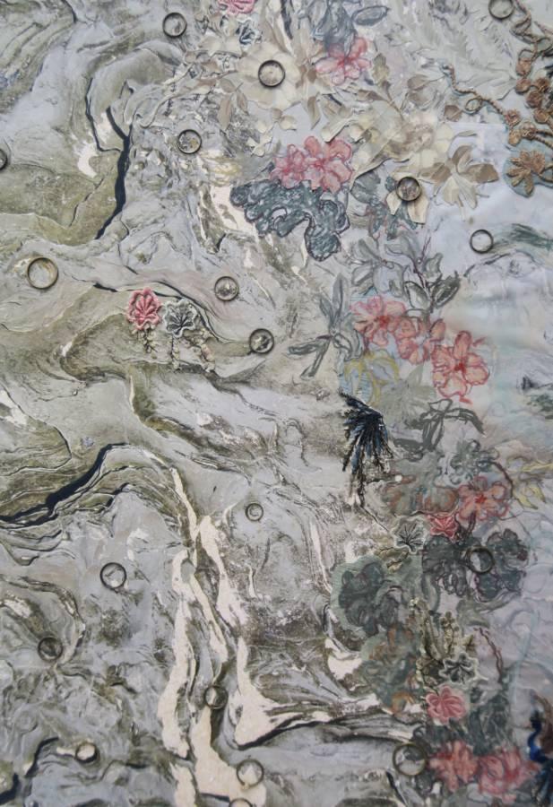 Serie Connecting the unknown: Queens nr. III 'Nimf' 40x54cm Gemengde techniek: eigen beeld, kalkpapier, pastel, 19e-eeuws behang, borduurwerk en oude koperen ringetjes.