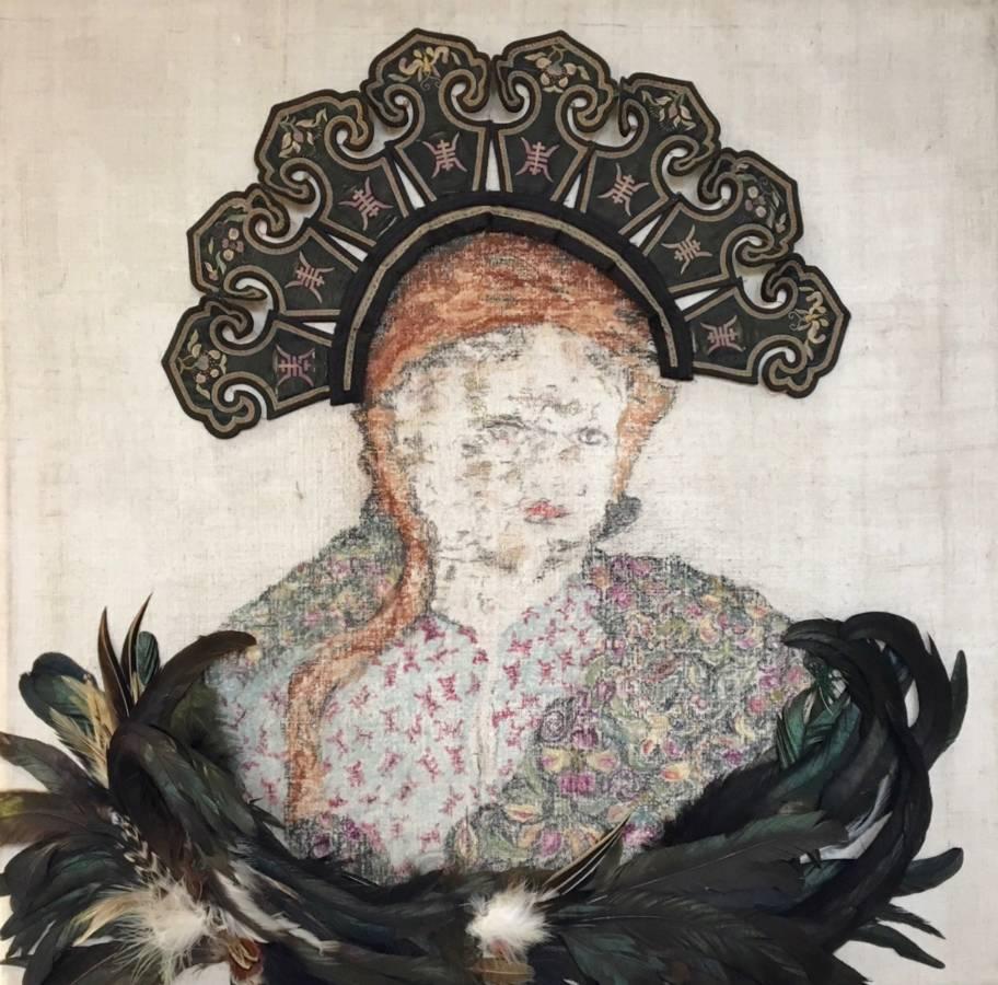 Serie: Connecting the unknown 'Queens nr. I' 62x62cm Gemengde techniek op handgeweven Frans linnen 19e eeuw: , pastel , Tibetaanse handgeborduurde kraag rond 1900, vintage corsages van veren.