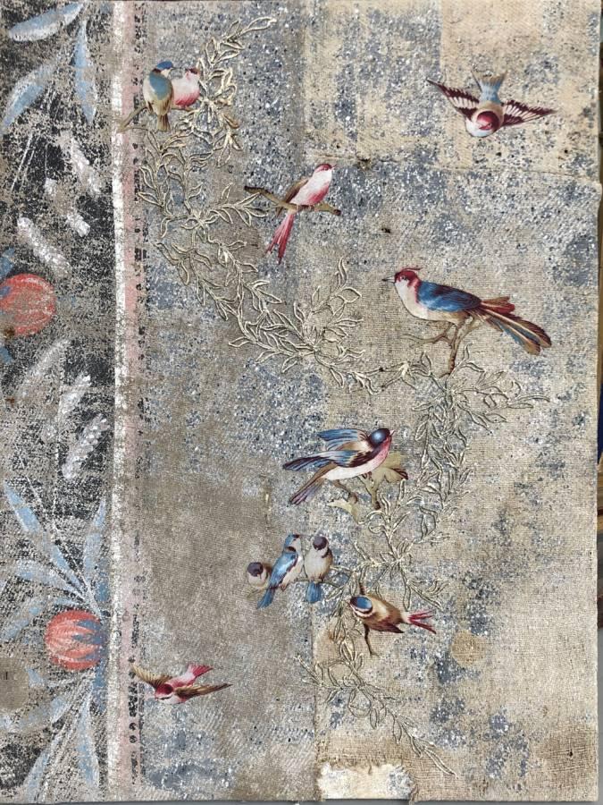 Serie: Connecting the unknown 'birds on the wire in autumn' 50x80cm Gemengde techniek:beschilderde muurbekleding Zweden ± 1800, vogels van stof ±1870, open gehaakte bladerketting ±1900, borduursel van 19e eeuws zilverdraad.