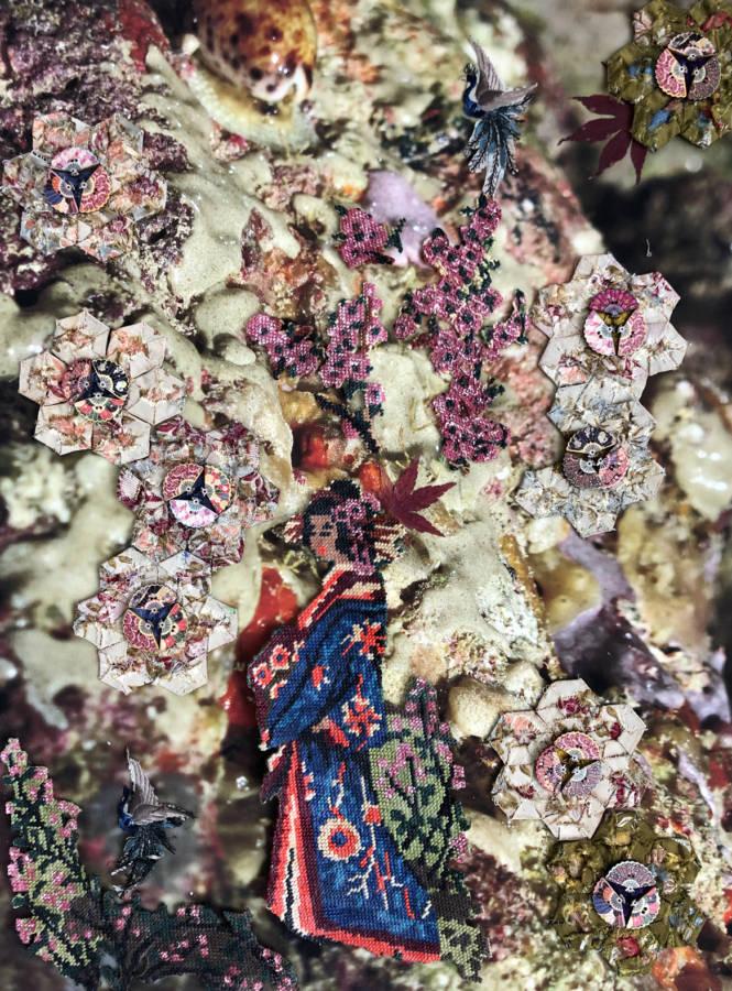 Serie: Connecting the unknown: 'Lost in Japan I' 45x60cm. Gemengde techniek: eigen beeld, borduurwerk ±1950, zijden handgeborduurde kraanvogels ± 1900, Amerikaans patchwork ±1920, Japanse waaiervormige knoopjes ±1970, gedroogde blaadjes, papier.