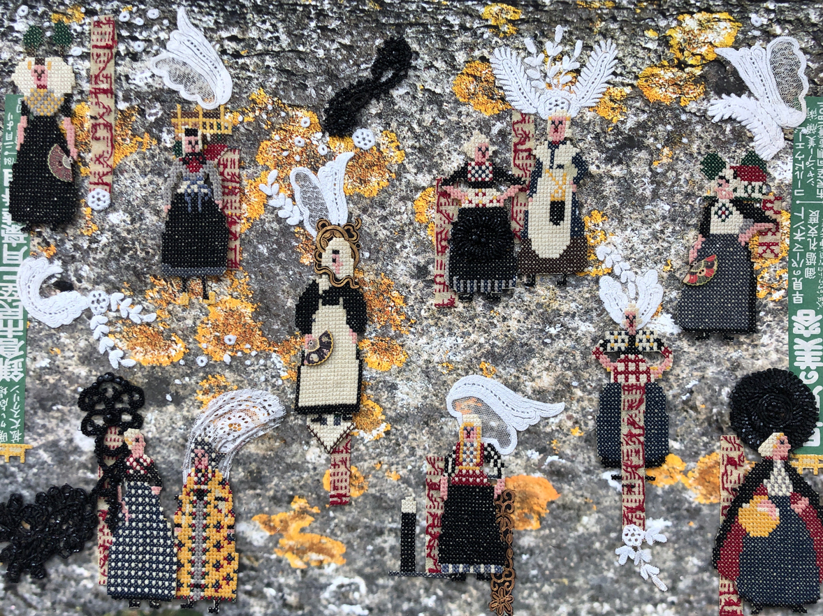 Serie: Connecting the unknown: 'Lost in Japan II' 60x45cm. Gemengde techniek: eigen beeld, borduurwerk ±1960, antiek kloskant gesteven Volendammer muts ±1920, ornamenten glaskralen ±1920, Japans krantenpapier ±1960, Japanse waaiervormige knoopjes ±1970.